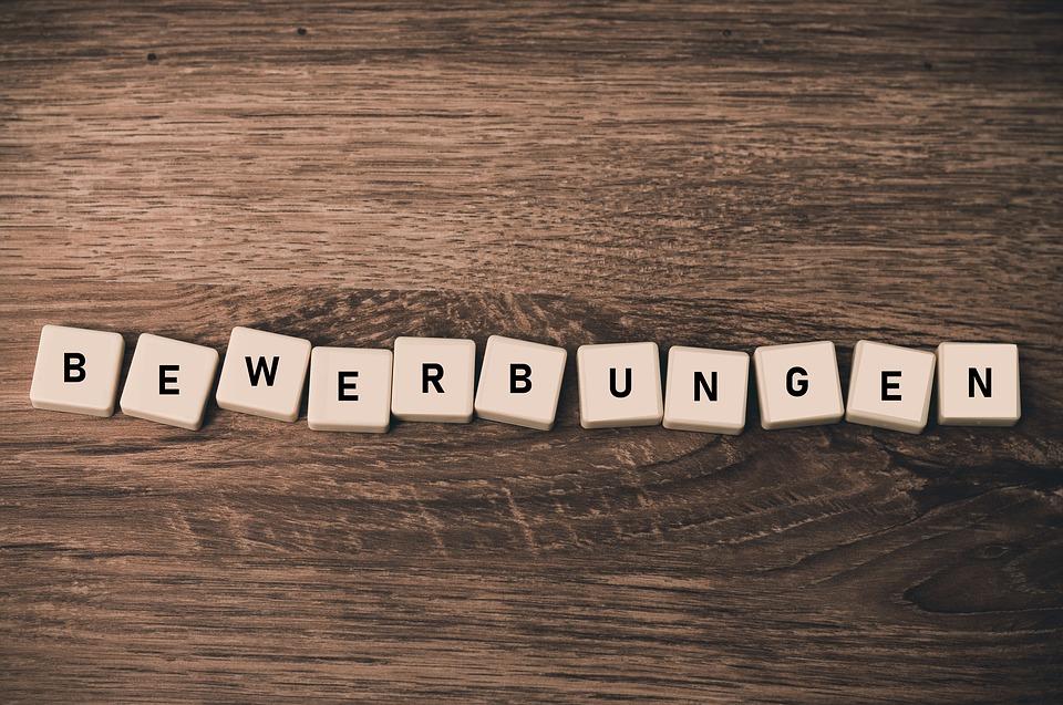 https://pixabay.com/de/photos/bewerbungen-bewerber-bewerbung-3453993/